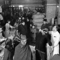 Interno di uno spaccio, foto in Archivio Anpi, Bologna.