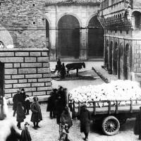 Distribuzione della farina sotto le torri (Giunta Zanardi, 1917, foto del Museo Civico del Risorgimento di Bologna).