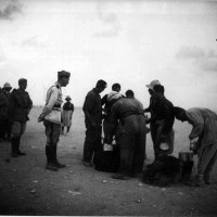 Fronte Africa settentrionale, Camicie nere della 4° divisione in sosta per il rancio nel deserto libico nel settembre 1940, in ACS, Partito nazionale fascista, Ufficio propaganda, Seconda guerra mondiale, busta 7.