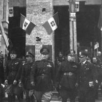 """Il Duce davanti alla sede della Cassa di Risparmio, visita di Mussolini a Parma per la consegna della """"Spiga d'oro"""", 8/10/1941, Archivio fotografico Amoretti."""