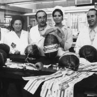 Sofia Loren e le maestranze Alcisa durante le riprese del film La mortadella di M. Monicelli - 1971
