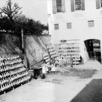 Asciugatura all'aperto dei prosciutti, ditta Luppi, San Vitale Baganza, 1950 ca. - Museo del Prosciutto – Langhirano