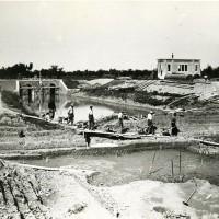 Scariolanti al lavoro negli scavi di canali durante la bonifica, Anni Venti.