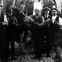 'La bottiglia di vino'. La bottiglia di vino e le osterie erano il solo 'diversivo' dei birocciai e, più in generale, degli strati di popolazione meno abbienti. L'alcoolismo era a tutti gli effetti una piaga sociale.