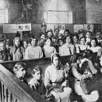 Folla di donne in Municipio in attesa di riscuotere i sussidi per i parenti in guerra, foto in «La vita cittadina. Bollettino mensile di cronaca amministrativa e di statistica. Comune di Bologna», giugno 1915, p. 43.