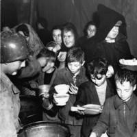 Ragazzi italiani ritirano razioni di pane (Monghidoro 1944),  foto in archivio dell'Istituto per la storia e le memorie del '900 Parri Emilia-Romagna.