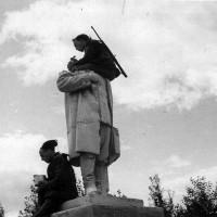 Esercito Areonautica Camicie nere, fronte occidentale russo, Camicie nere divisione Tagliamento consumano il rancio seduti su una statua decapitata di Stalin in russia nel 1942, in ACS, Partito nazionale fascista, Ufficio propaganda, Seconda guerra mondiale,  busta 59.
