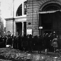 I bolognesi in fila al mercato delle erbe, foto in Archivio Anpi, Bologna.