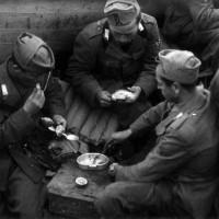 Esercito, Fronte Egeo,  soldati mangiano in attesa di essere sbarcati nella primavera 1942, ACS, Partito nazionale fascista, Ufficio propaganda, Seconda guerra mondiale, busta 1942.