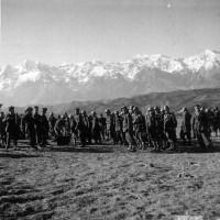 Esercito fronte greco albanese, soldati in pausa consumano il rancio nell'inverno 1941, in ACS, Partito nazionale fascista, Ufficio propaganda, Seconda guerra mondiale, busta 13.