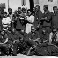 La carovana dei facchini impiegati presso il mercato ortofrutticolo di Vignola, in un'immagine di fine anni Trenta.  Foto Archivio Gruppo Mezaluna - Mario Menabue.