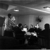 Marina, ufficiali mangiano con il cestino da guerra a bordo di una nave da guerra in navigazione il 25 gennaio 1942, in ACS, Partito nazionale fascista, Ufficio propaganda, Seconda guerra mondiale,  busta 44.