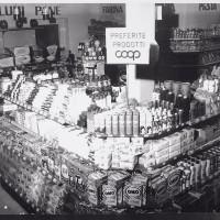 Esposizione di prodotti a marchio Coop nel punto vendita di una cooperativa di consumo (anni cinquanta)