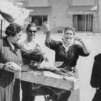 Marina Quadrelli detta Baracla, pescivendola ambulante nella piazza di Bellaria. Anni '60. Collezione privata Marina Quadrelli