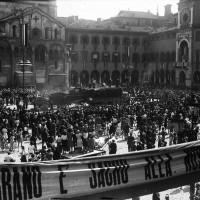 La trebbiatura del grano in Piazza Grande, Modena.