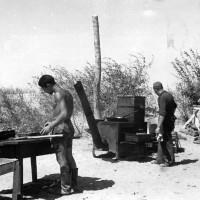 Areonautica fronte orientale russo, preparazione del rancio in un campo d'aviazione della caccia e della ricognizione italiana in Russia nell'estate 1942, in ACS, Partito nazionale fascista, Ufficio propaganda, Seconda guerra mondiale, busta 64.