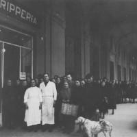 Fila di donne in attesa davanti a una tripperia in via dei Mille, foto in Franco Cristofori, Bologna. Gente e vita dal 1914 al 1945, Bologna, Alfa, 1980, p. 465.