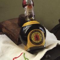 Un'ampolla di Aceto Balsamico Tradizionale, proveniente dall'acetaia comunale di Vignola. Foto Archivio Gruppo Mezaluna – Mario Menabue