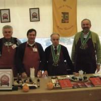 Lo stand dell'Associazione Agromela di Vignola, attiva nella produzione dell'Aceto Balsamico Tradizionale. Sullo sfondo si nota il gonfalone dell'Acetaia Comunale vignolese. Foto Archivio Gruppo Mezaluna – Mario Menabue