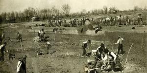 Il lavoro degli scariolanti durante gli scavi per la realizzazione dei canali di bonifica. Anni Venti