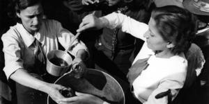 Posto di ristoro alla partenza delle mondine per le risaie del Vercellese, stazione di Modena Annin Trenta