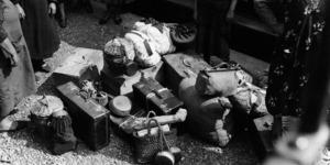 I bagagli delle mondine in partenza. Le pentole per cucinare sono uno strumento fondamentale