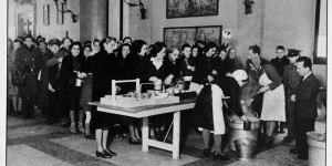 La mensa del popolo allestita in sala d'Ercole, foto in Archivio Anpi, Bologna.
