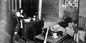 Alloggiamento di fortuna di profughi in una caserma, foto in Franco Cristofori, Bologna. Gente e vita dal 1914 al 1945, Bologna, Alfa, 1980, p. 481.