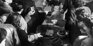 La mensa del popolo, foto in Archivio Anpi, Bologna.