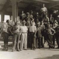 Nella filiera della frutta rossa è significativo il lavoro della Carovana facchini, composta da braccianti assunti per la stagione più intensa delle contrattazioni nel mercato ortofrutticolo. Questa foto risale al maggio 1945