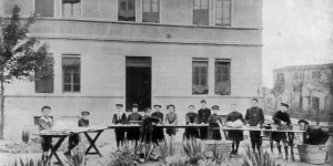 Gli alunni preparano i rotoli per gli scaldaranci, foto in «La vita cittadina. Bollettino mensile di cronaca amministrativa e di statistica. Comune di Bologna», a. II, n. 3, marzo 1916, p. 9.