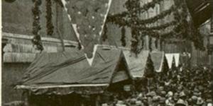 Per un maggior consumo della frutta. Festa dell'uva. Banchi per la vendita in via Altabella, in «Il Comune di Bologna, rivista mensile del Comune», settembre 1933, Biblioteca dell'Archiginnasio, Bologna.