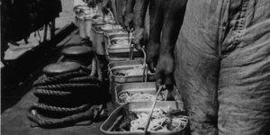 Marina, Porzioni del rancio sulla nave ospedale Pola nell'agosto 1940, in ACS, Partito nazionale fascista, Ufficio propaganda, Seconda guerra mondiale, busta 6 1940/08.