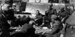 Esercito Fronte greco, Bersaglieri del 2° reggimento in Grecia consumano il rancio sull'erba nel maggio 1941, in ACS, Partito nazionale fascista, Ufficio propaganda, Seconda guerra mondiale, busta 25 1941/05.