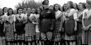 """Il Duce nella campagna parmense tra donne in abiti tradizionali, visita di Mussolini a Parma per la consegna della """"Spiga d'oro"""", 8/10/1941, Archivio fotografico Amoretti"""