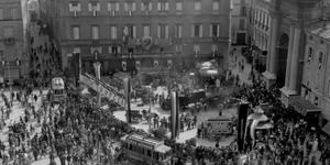 Trebbiatura del grano in piazza Garibaldi a Parma, 27/6/1942, Archivio fotografico Amoretti.