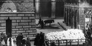 La distribuzione della farina a Bologna, 1915, foto. Museo del Risorgimento, Bologna